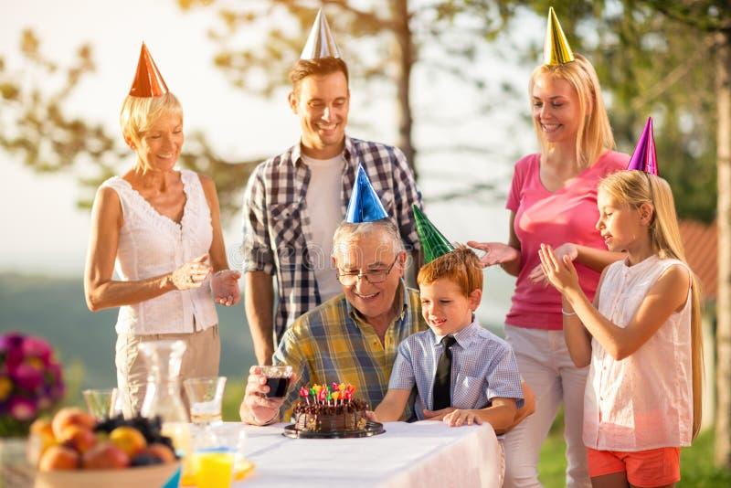 Abuelo y nieto en la celebración de la fiesta de cumpleaños fotografía de archivo