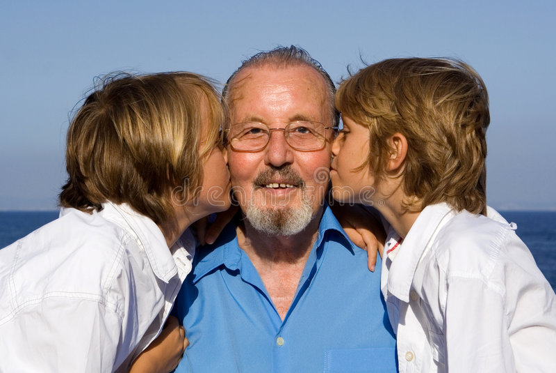 Abuelo y nietos imagen de archivo