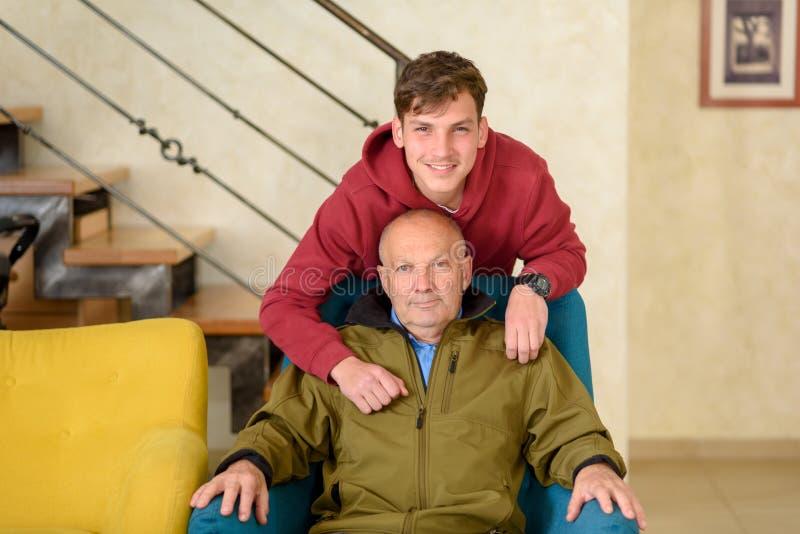 Abuelo y su nieto que pasan el tiempo junto imagenes de archivo