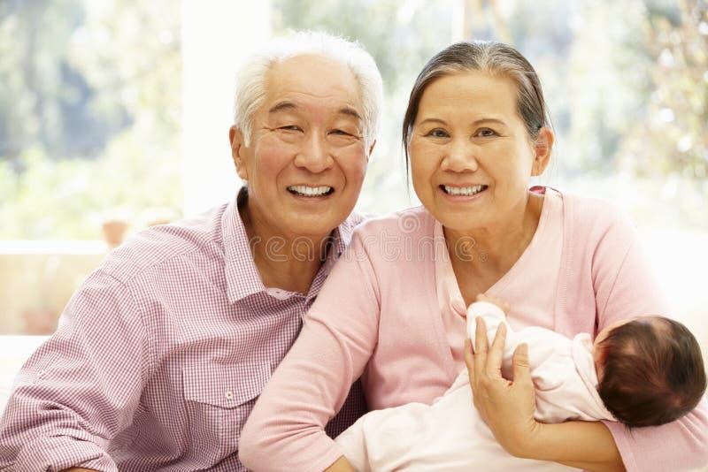 Abuelos asiáticos con el bebé fotografía de archivo