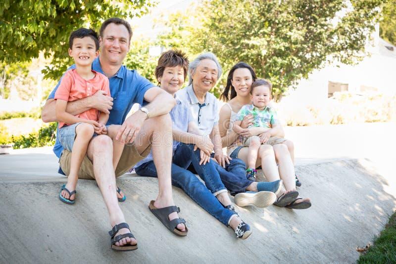 Abuelos chinos, madre, padre caucásico y familia de la raza mixta foto de archivo