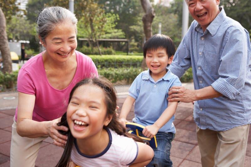 Abuelos chinos que juegan con los nietos imagen de archivo