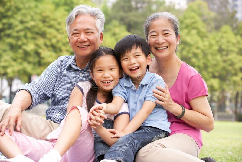 Abuelos chinos que se sientan con los nietos imagen de archivo