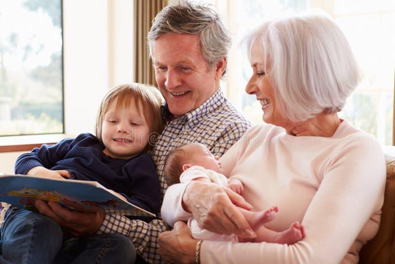 Abuelos con el nieto y la nieta recién nacida del bebé fotografía de archivo libre de regalías
