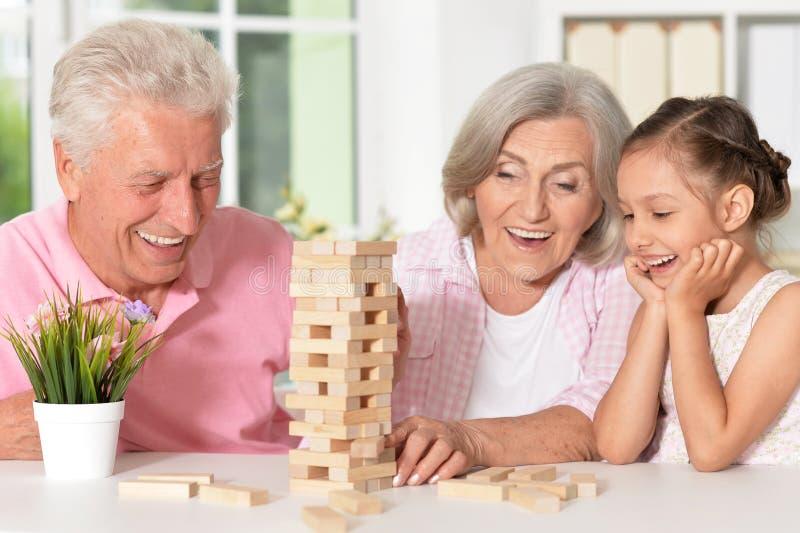 Abuelos con la nieta que juega junto fotografía de archivo