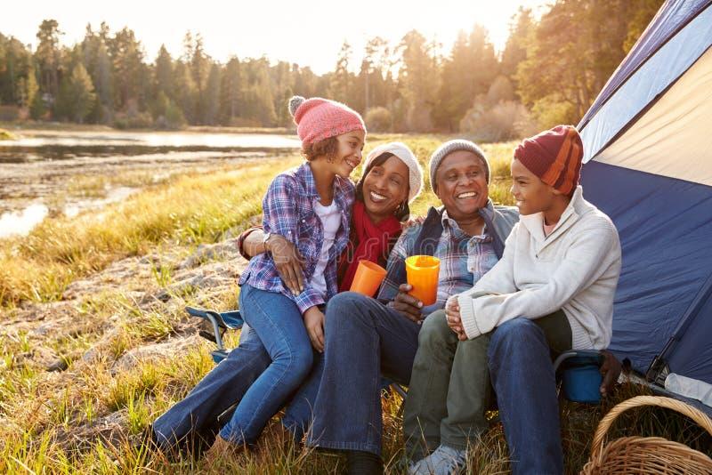 Abuelos con los niños que acampan por el lago fotografía de archivo libre de regalías