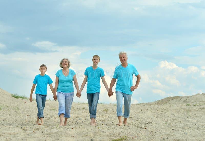 Abuelos con los nietos en la playa imágenes de archivo libres de regalías