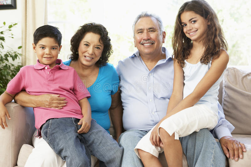 Abuelos con los nietos que relajan en el país T imágenes de archivo libres de regalías