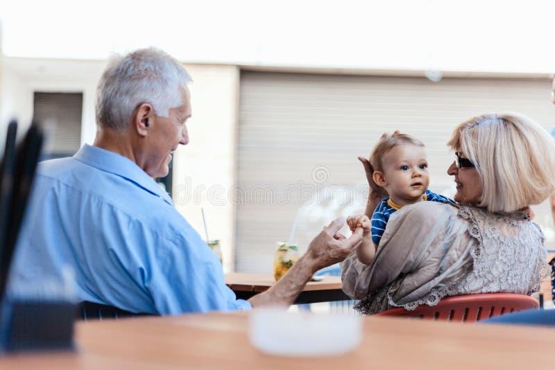 Abuelos con su nieto en el café fotografía de archivo libre de regalías