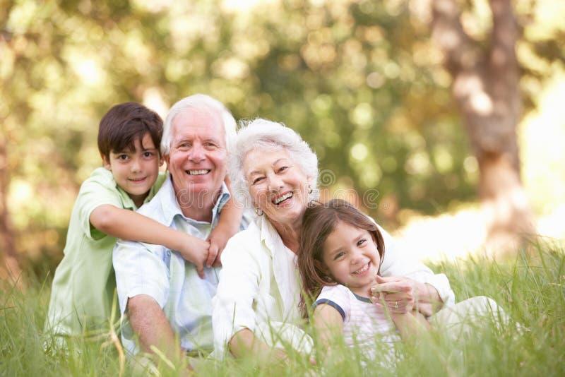 Abuelos en parque con los nietos imagen de archivo