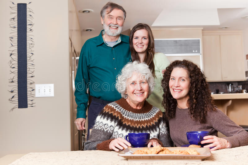 Abuelos, hija y nieta fotografía de archivo