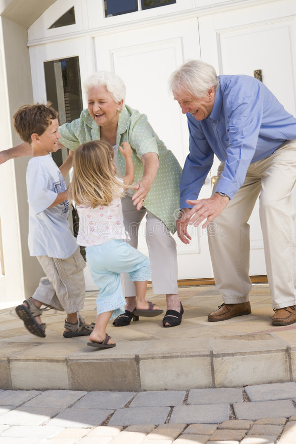 Abuelos que acogen con satisfacción a nietos imagenes de archivo