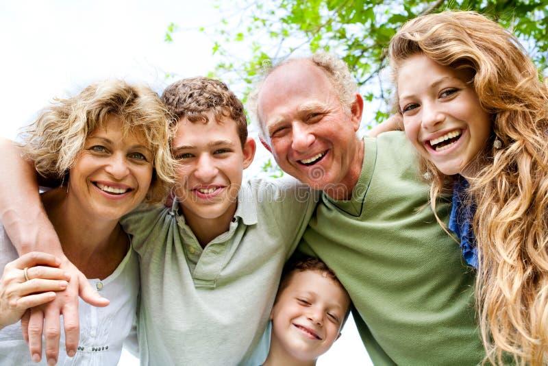 Abuelos que tienen buen tiempo con los nietos imagenes de archivo