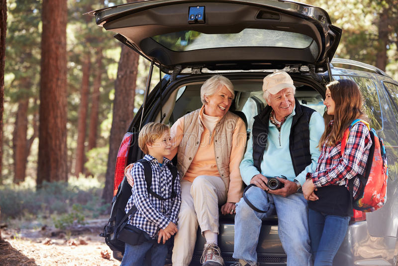 Abuelos y grandkids en la parte posterior del coche antes de caminar fotografía de archivo libre de regalías