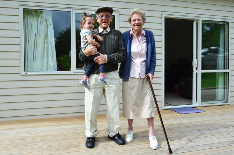 Abuelos y lazo del nieto imagenes de archivo