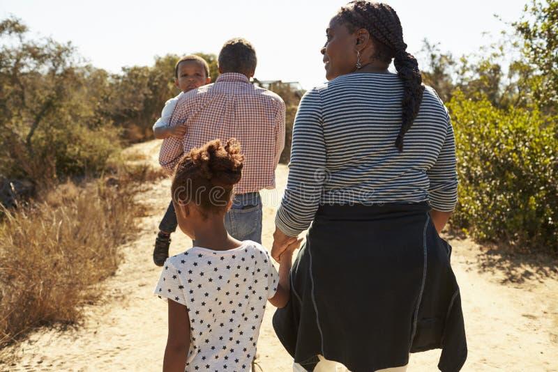 Abuelos y paseo de los nietos en campo junto imagen de archivo