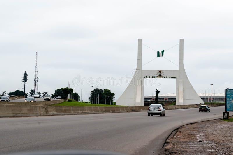 Abuja, NIGÉRIA - 2 de novembro de 2017: Monumento da porta da cidade de Abuja fotos de stock royalty free