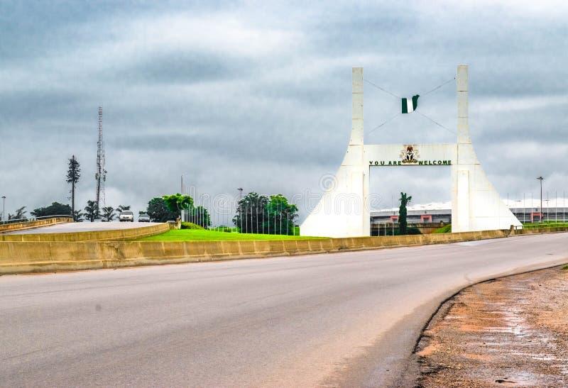 Abuja, NIGERIA - het Federale Hoofdabuja-Monument van de Stadspoort in de ochtend royalty-vrije stock foto's