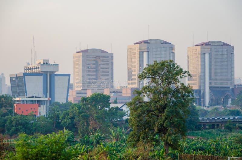 Abuja Nigeria - mars 13, 2014: Federalt departement av transport och andra höga löneförhöjningbyggnader i huvudstaden Abuja arkivbild