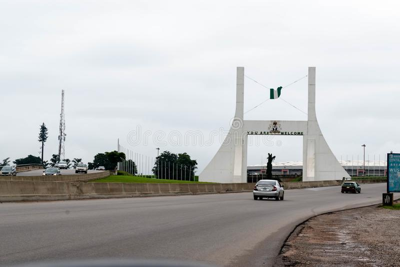 Abuja, NIGERIA - 2 novembre 2017: Monumento del portone della città di Abuja fotografie stock libere da diritti