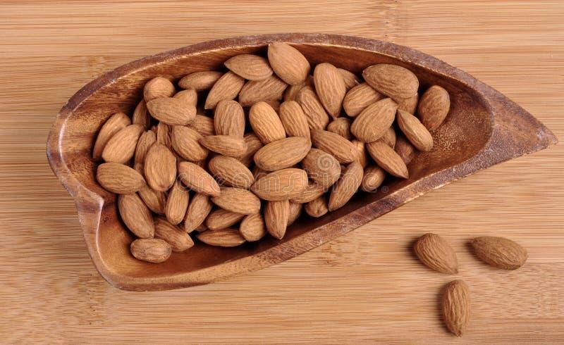 Abundância de avelã maduras em avelã orgânicas comestíveis saudáveis da bacia na opinião superior de mesa de cozinha foto de stock royalty free
