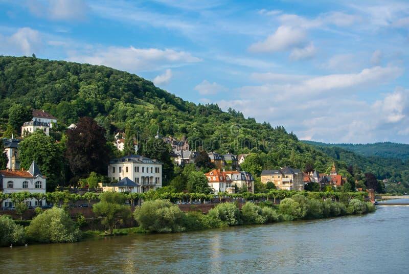 Abundância de casas residenciais no montanhês na terraplenagem de Neckar River no centro de Heidelberg imagem de stock