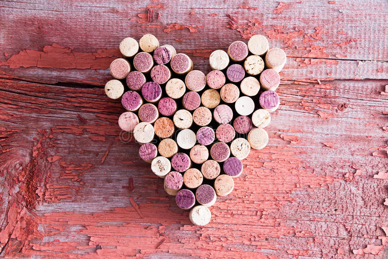Abundância de cortiça da garrafa de vinho na forma do coração fotos de stock royalty free