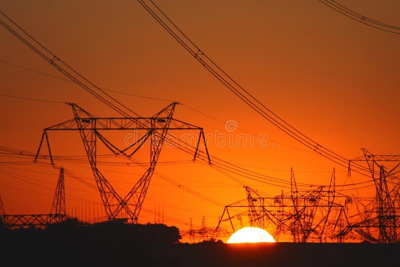 Abundância de torres da transmissão na luz do por do sol fotografia de stock