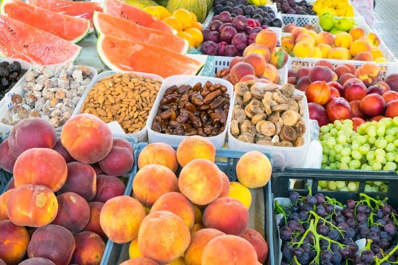 Abundância do fruto em um mercado fotografia de stock royalty free