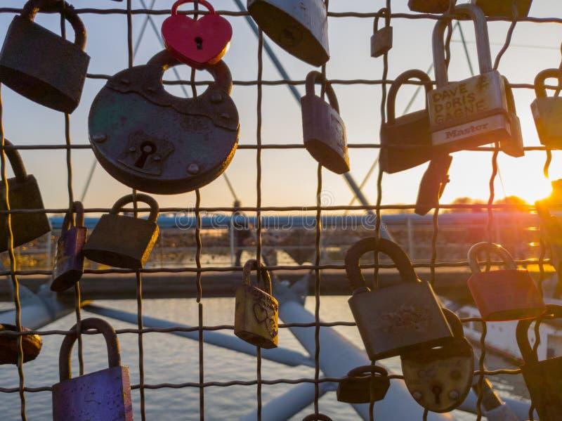 Abundância dos cadeado na ponte em Cracow durante o por do sol imagem de stock royalty free