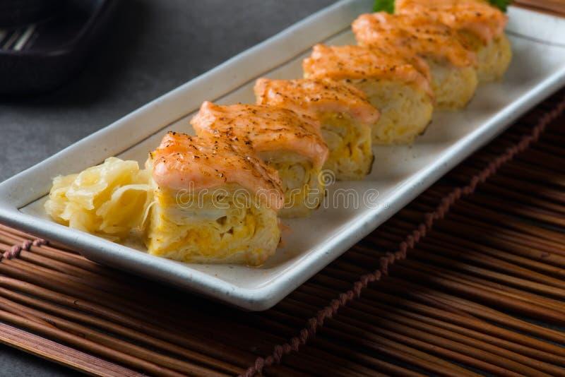 Aburi三文鱼Engawa寿司卷 免版税库存图片