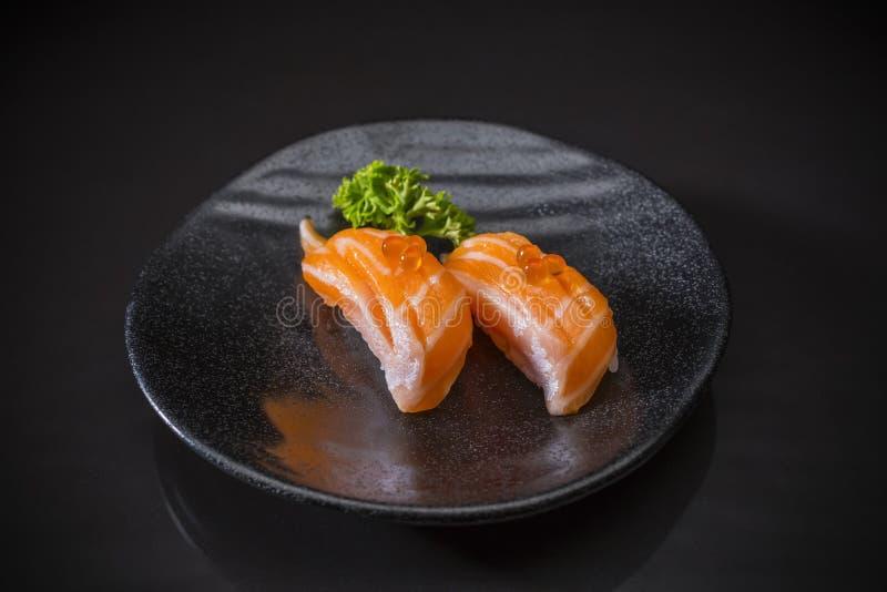 Aburi三文鱼Nigiri,三文鱼寿司和冠上用三文鱼鸡蛋 免版税库存照片