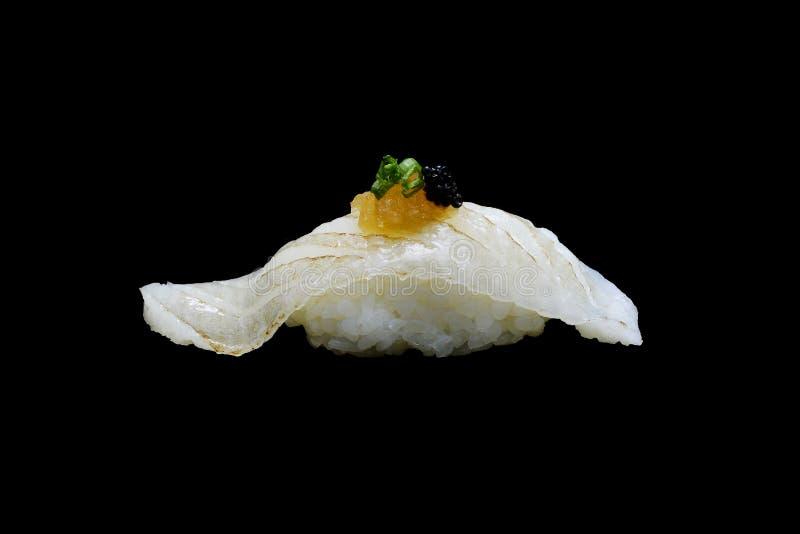 Aburi Engawa寿司、被火炬点燃的异体类在米顶部用春天葱和被剁碎的daikon和鱼子酱 日本传统烹调 图库摄影