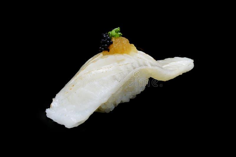 Aburi Engawa寿司、被火炬点燃的异体类在米顶部用春天葱和被剁碎的daikon和鱼子酱 日本传统烹调 库存照片