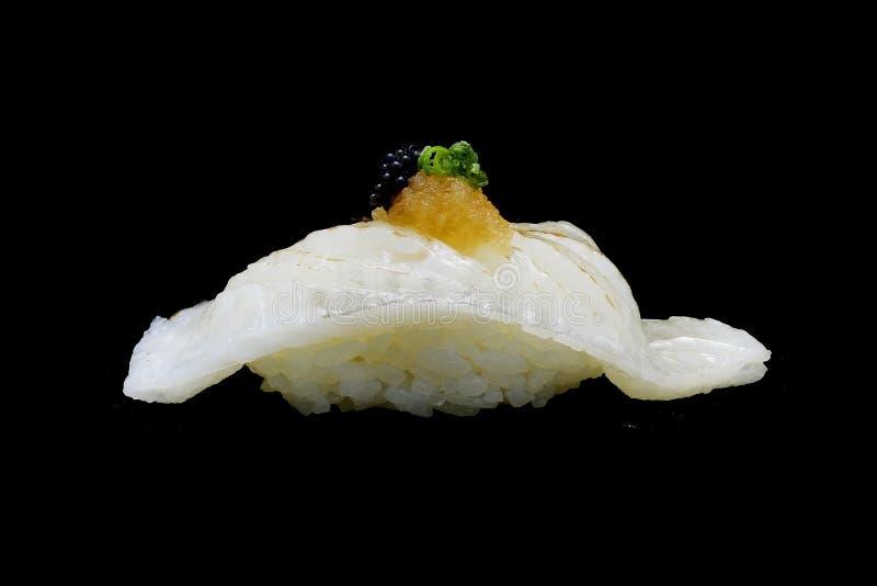 Aburi Engawa寿司、被火炬点燃的异体类在米顶部用春天葱和被剁碎的daikon和鱼子酱 日本传统烹调 免版税库存图片