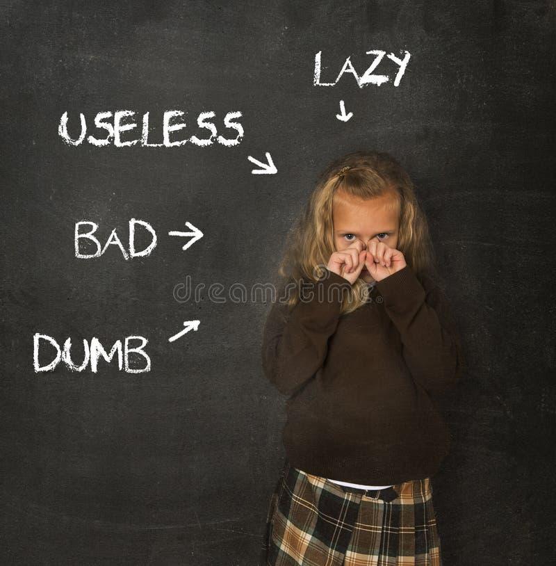 Abused a discipliné l'écolière dirigée en tant que le mauvais et usele muets paresseux image stock