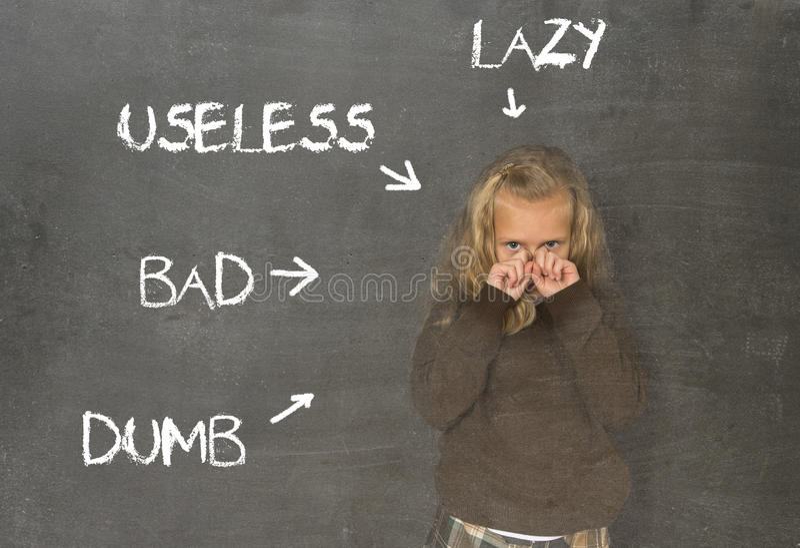 Abused disziplinierte das Schulmädchen, das als faules stummes schlechtes und unbrauchbar auf Klassentafel gezeigt wurde lizenzfreies stockbild