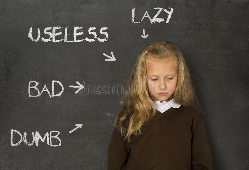 Abused disziplinierte das Schulmädchen, das als faules stummes schlechtes und unbrauchbar auf Klassentafel gezeigt wurde stockbilder