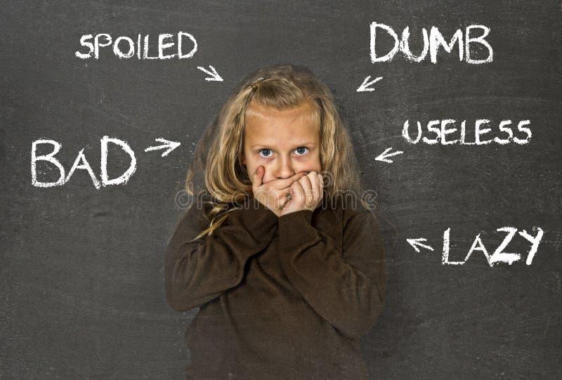 Abused disziplinierte das Schulmädchen, das gezeigt wurde als faules stummes Schlechtes und usele lizenzfreies stockbild