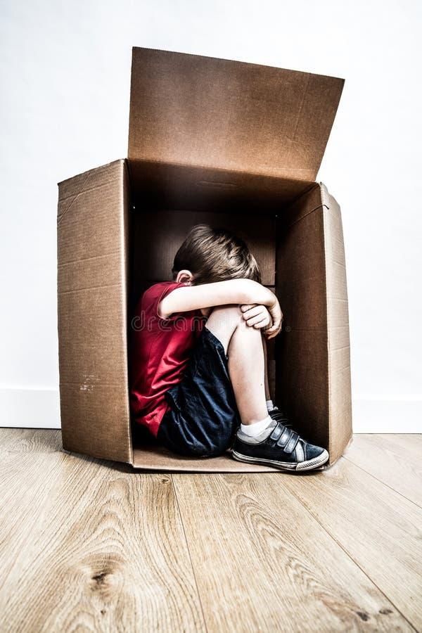 Abused hunched al niño que lloraba, buscando para la ayuda de la niñez que tiranizaba imágenes de archivo libres de regalías