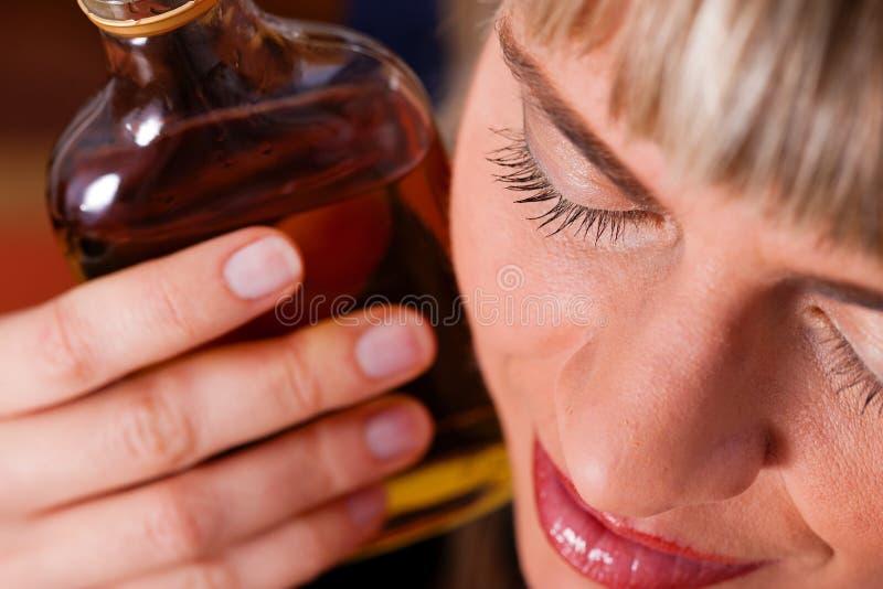 Abuso de álcool - mulher que bebe demasiado conhaque foto de stock royalty free