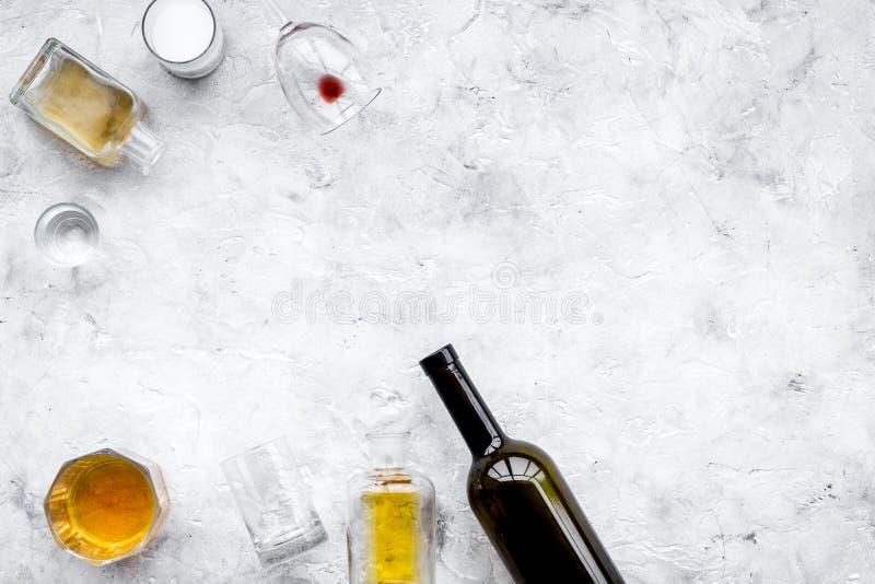 Abuso de alcohol Drunkennes Vidrios y botellas en espacio gris de la copia de la opinión superior del fondo fotografía de archivo libre de regalías
