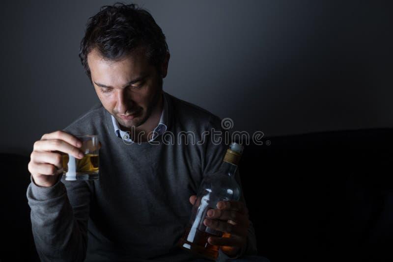 Abuso deprimido do homem do álcool fotografia de stock royalty free