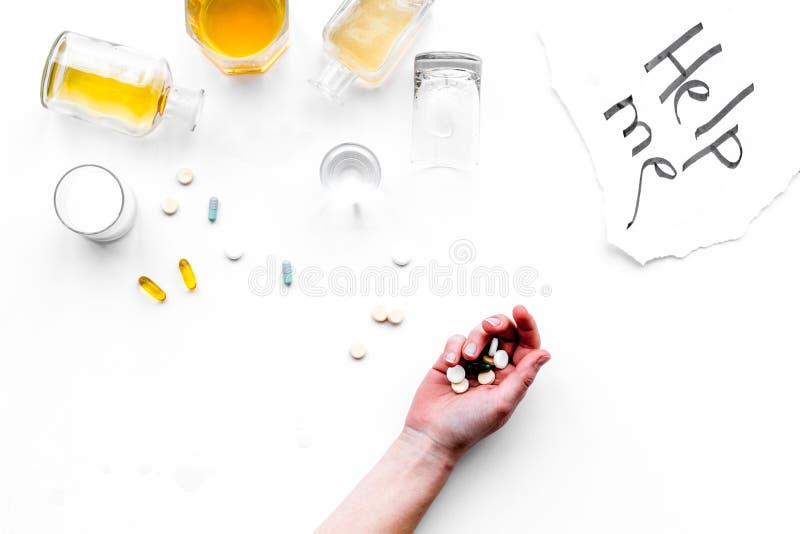 Abuso di alcool Drunkennes Le parole mi aiutano vicino ai vetri ed alle bottiglie sulla vista superiore del fondo bianco a copiar fotografie stock