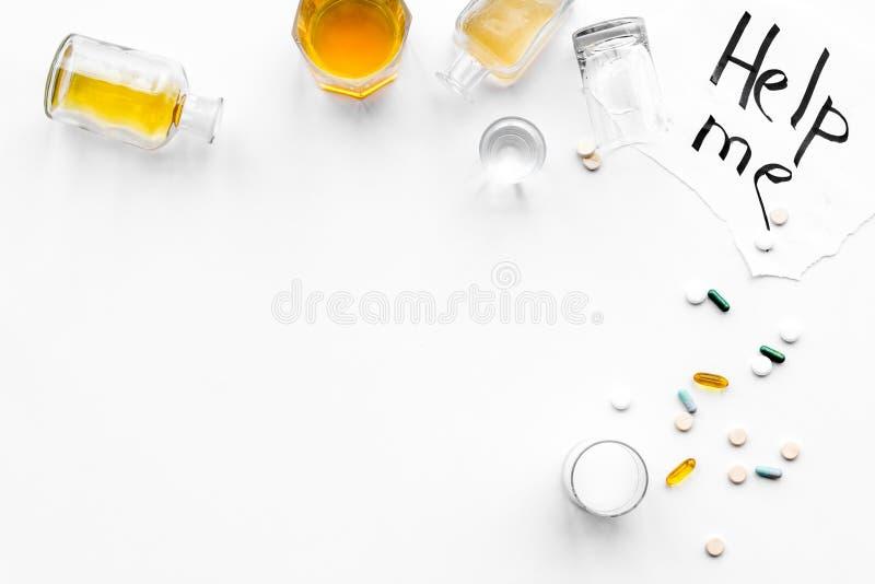 Abuso di alcool Drunkennes Le parole mi aiutano vicino ai vetri ed alle bottiglie sulla vista superiore del fondo bianco a copiar immagine stock libera da diritti