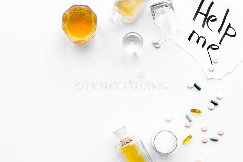Abuso di alcool Drunkennes Le parole mi aiutano vicino ai vetri ed alle bottiglie sulla vista superiore del fondo bianco a copiar fotografia stock