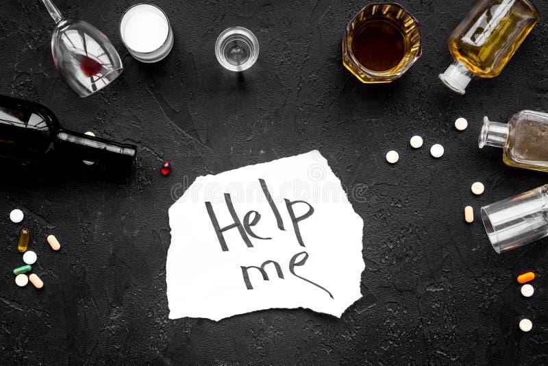 Abuso di alcool Drunkennes Le parole mi aiutano vicino ai vetri ed alle bottiglie sulla vista superiore del fondo nero fotografia stock libera da diritti