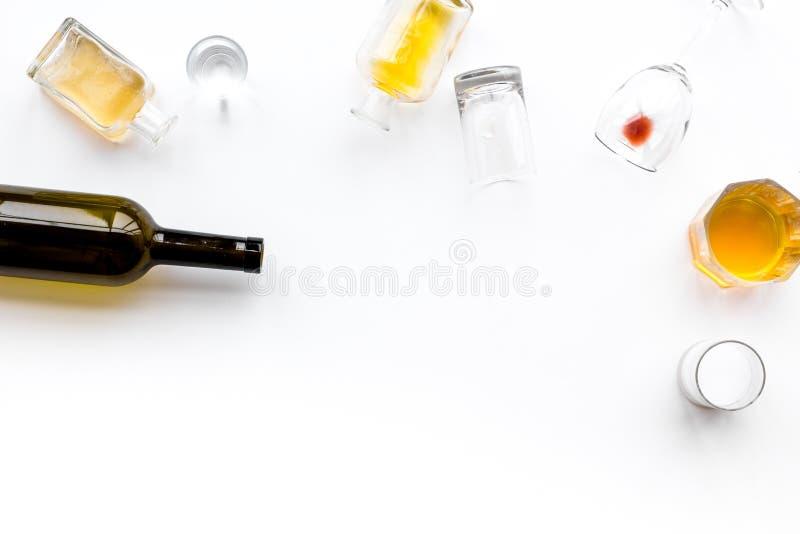 Abuso di alcool Drunkennes Vetri e bottiglie sullo spazio bianco della copia di vista superiore del fondo fotografia stock