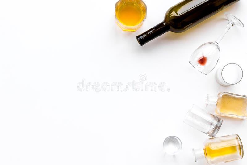 Abuso di alcool Drunkennes Vetri e bottiglie sullo spazio bianco della copia di vista superiore del fondo immagini stock
