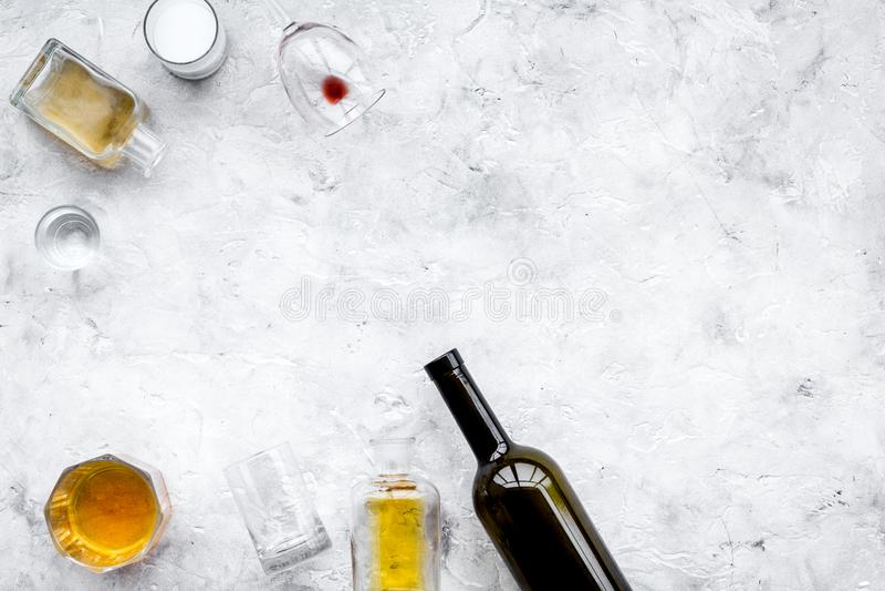 Abuso di alcool Drunkennes Vetri e bottiglie sullo spazio grigio della copia di vista superiore del fondo fotografia stock libera da diritti